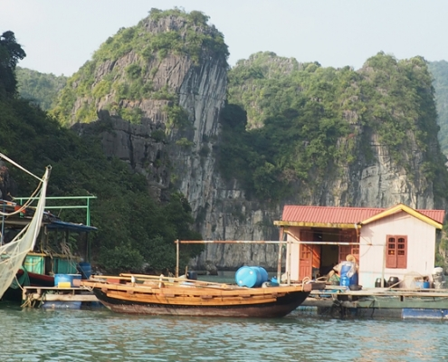 Village flottant dans la baie d'Halong