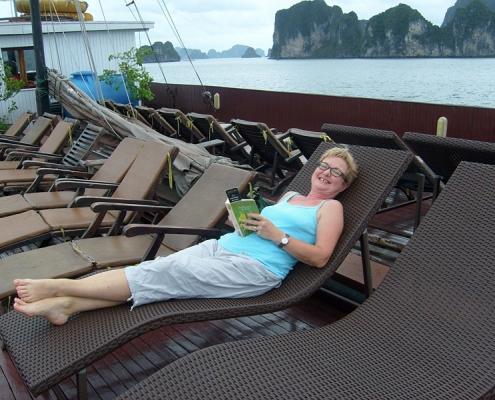 Maryse dans la baie d'Halong lors de son voyage du nord au sud du Vietnam