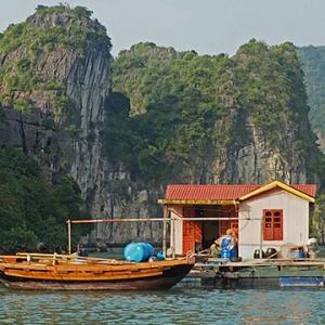 Village flottant dans la baie de Lan Ha