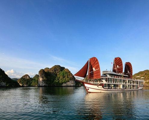 La jonque Perla Dawn Sails dans la baie de Lan Ha