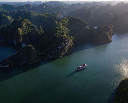 La jonque de Perla Dawn Sails navigue dans la baie de Lan Ha