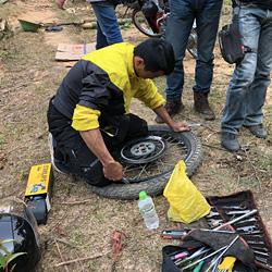 mécanicien sur les tours à motos au Vietnam de Carnets d'Asie