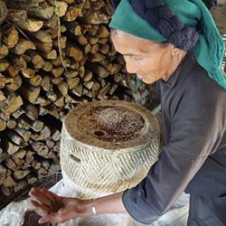 femme de l'ethnie Ha Ni au village de Y Ty