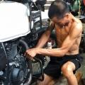 Binh prépare les motos Royal Enfield Himalayan de Carnets d'Asie