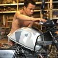 Binh entretien les motos Royal Enfield de Carnets d'Asie à Hanoi
