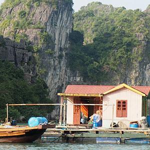 Les villages flottants lors d'une croisière en baie de Bai Tu Long