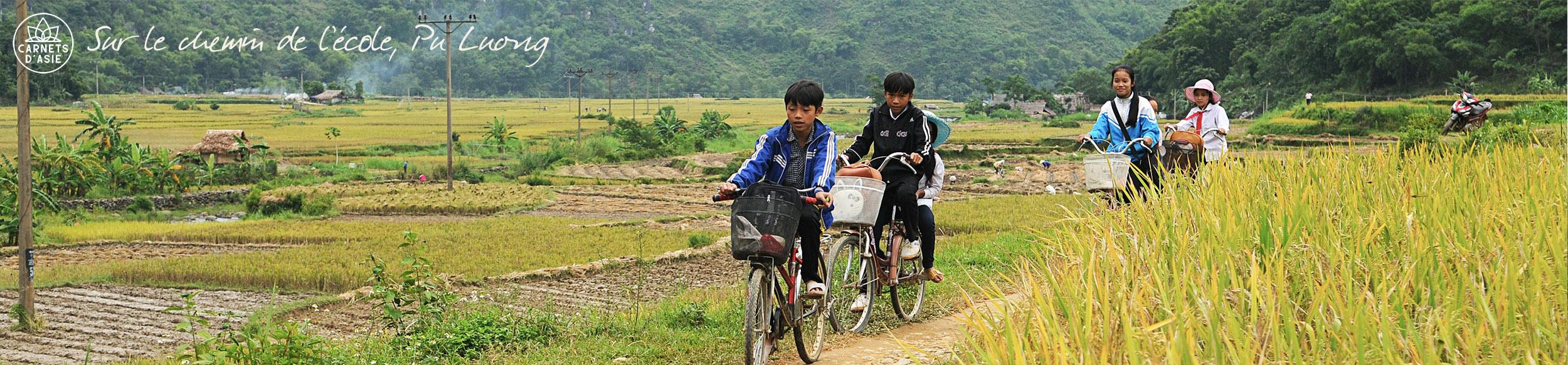 écoliers à vélo dans la réserve de Pu Luong